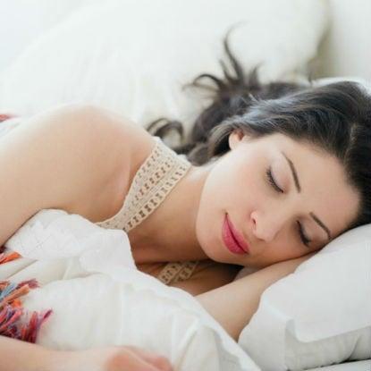 Τα 7 πράγματα που πρέπει να κάνεις 5 λεπτά πριν κοιμηθείς για να αποκτήσεις λαμπερό δέρμα